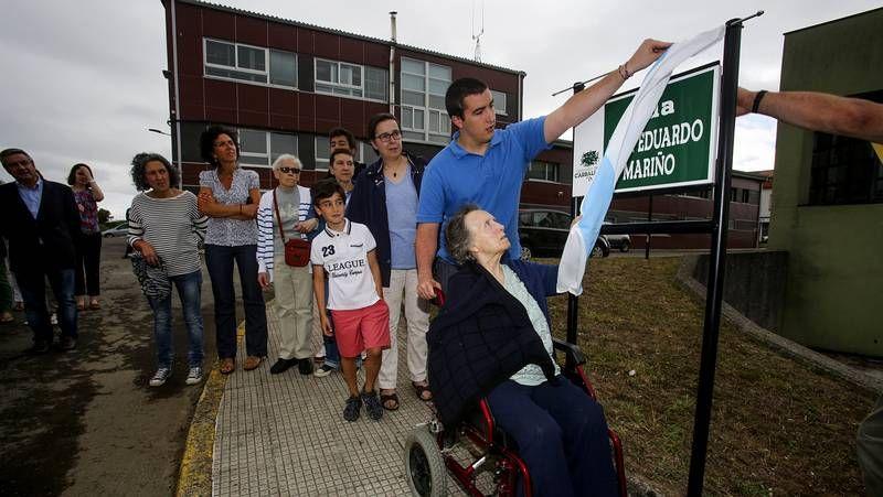 La viuda de Mariño, ayudada por un nieto, descubrió la placa de la calle.