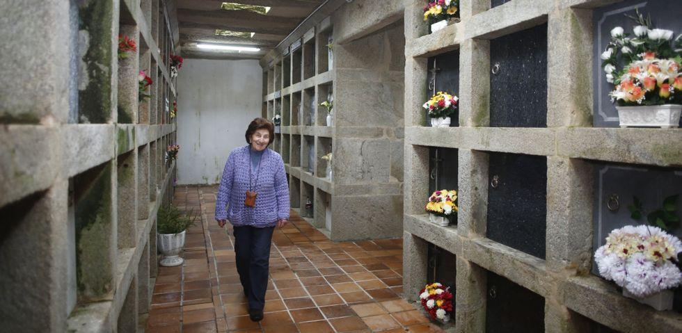 Maruxa Touceda se encarga a diario de las labores de limpieza y mantenimiento del cementerio de Arcos de Furcos, en Cuntis.