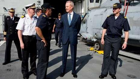 Continúan las tareas de búsqueda.El ministro de Defensa estuvo el sabado a bordo de la F-105.