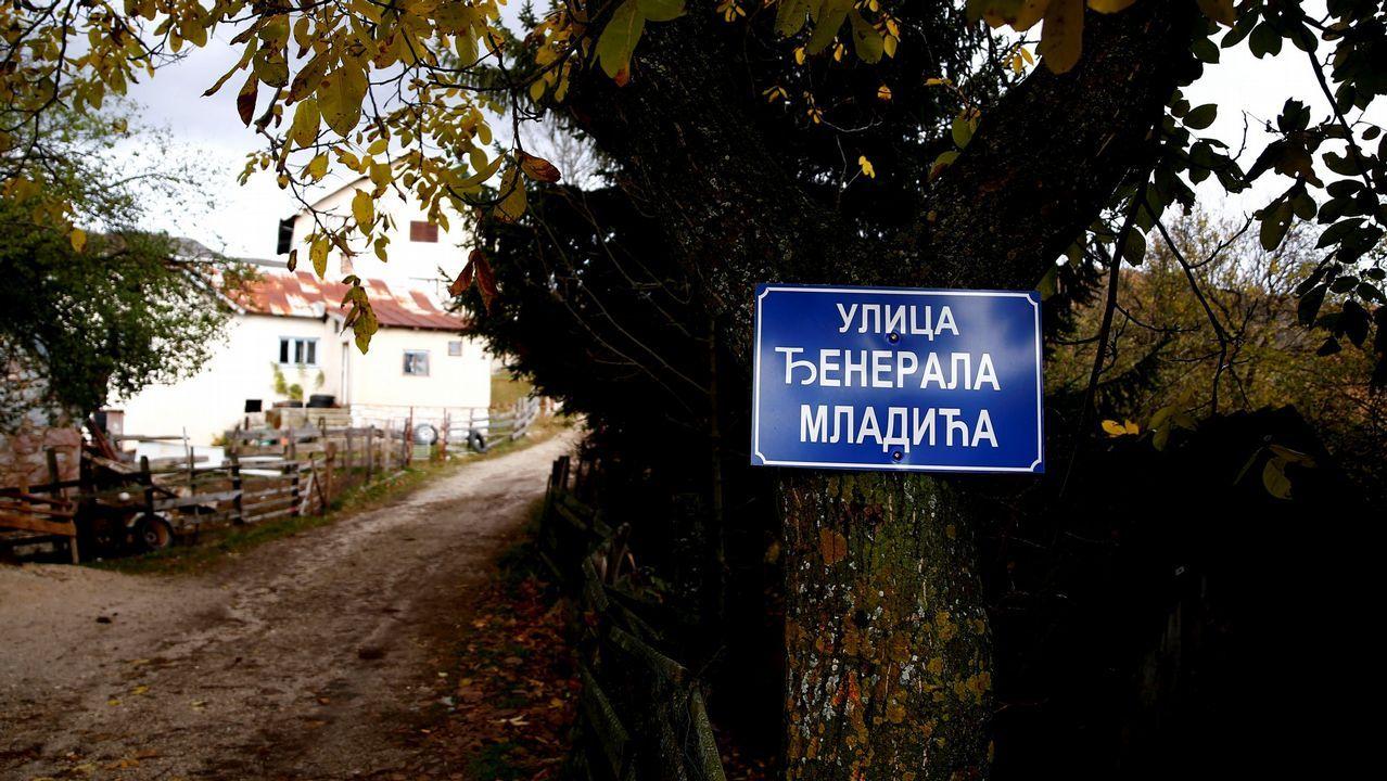 Un letrero que dice «General Mladic Street» cuelga de un árbol en el pueblo natal del exgeneral