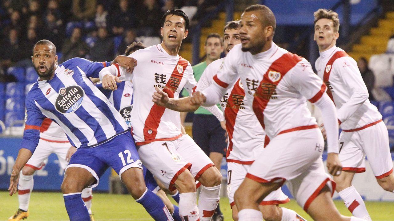 Miku, en el centro de la imagen, pugna con el deportivista Sidnei en un partido en las filas del Rayo
