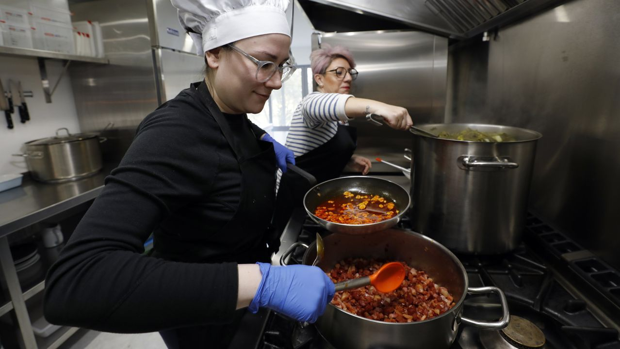 Así se cocinan 950 menús escolares al día.Clara y su suegra Rocío en la cocina en Como na Casa, donde elaboran menús del día caseros