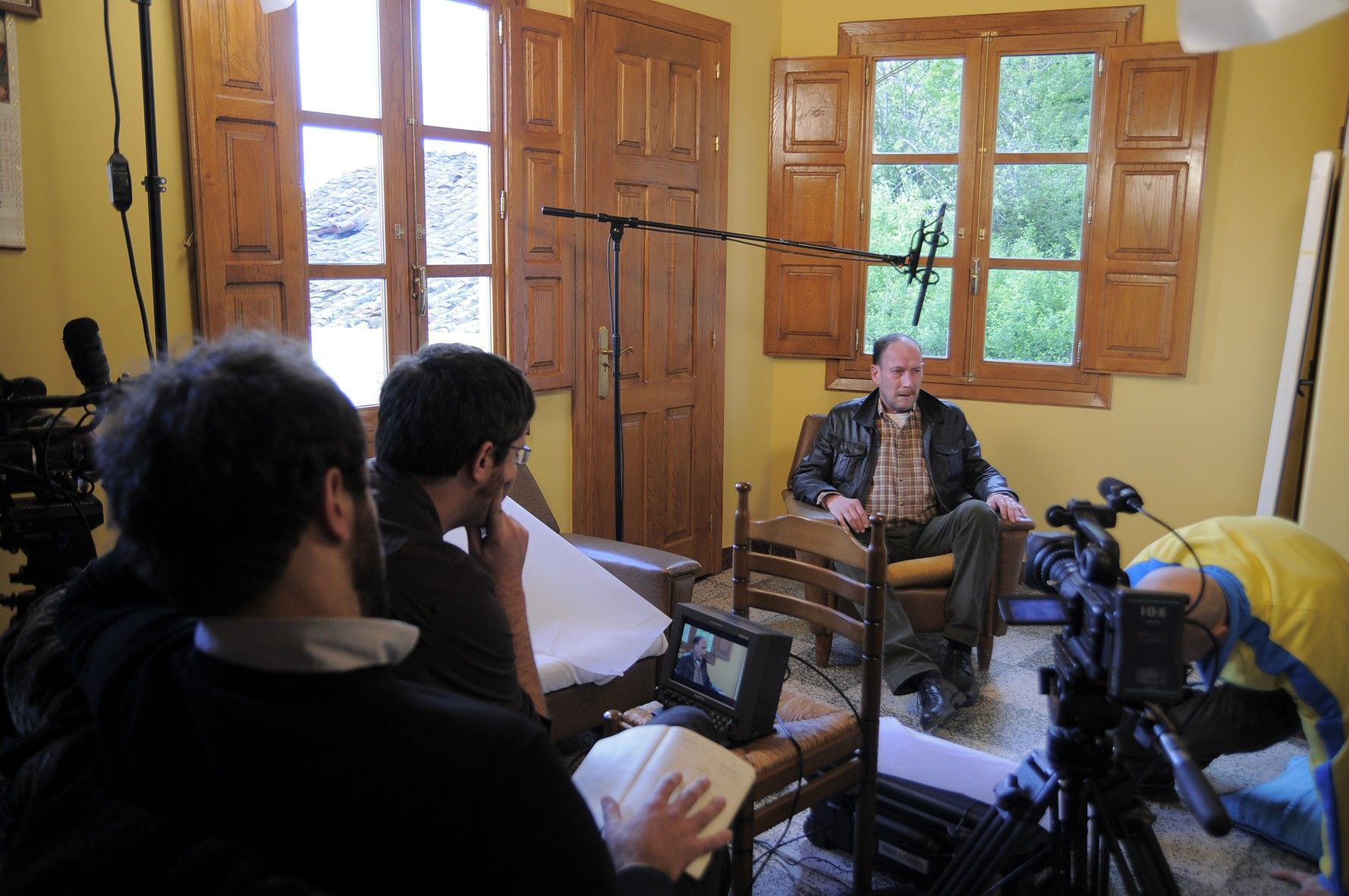 Raúl López, al fondo, durante la grabación del documental sobre la vida de Lois Pereiro