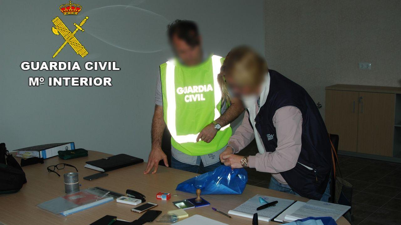 La Guardia Civil investiga la tenencia de 23 pitones en una vivienda en Outeiro de Rei.Imagen de archivo de un agente de la Guardia Civil