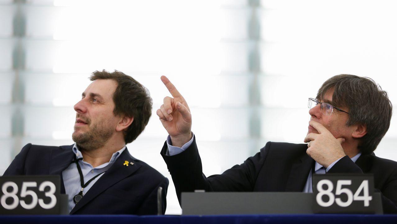 El exconsejero catalan huido Toni Comín y el expresidente Puigdemont, en su estreno en el Europarlamento, donde este último retó a los socialistas a ver si votan a favor o no de la suspensión de su inmunidad después de que Sánchez abogase por «no seguir judicializando la política»