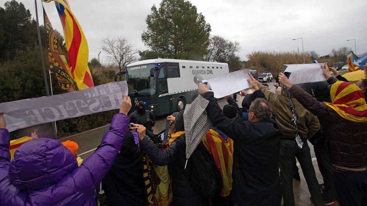 Manifestantes muestran su apoyo a la salida de la prisión de Brians a los nueve presos independentistas que son trasladados en un autobús de la Guardia Civil a Madrid