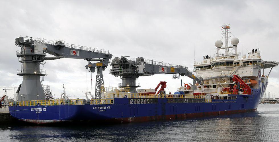 El Lay Vessel 108 invirtió diez horas en repostar un millón y medio de litros de gasoil, cantidad poco habitual en el puerto vigués.