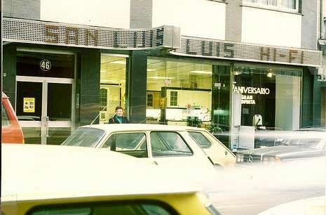 Imagen tomada en los años ochenta de la primera tienda de la cadena de la firma en los Mallos