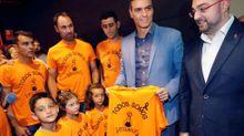 El secretario general del PSOE y presidente del Gobierno en funciones, Pedro Sánchez (2d), junto a trabajadores de la empresa Vesuvius, y sus hijos