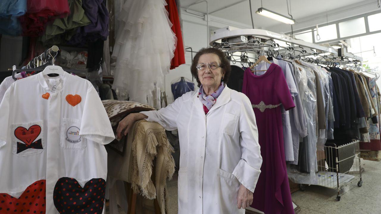 Carmen Vilas, de Tintorería Moderna, entregó esta semana las primeras prendas tras el cierre forzado y dice que aún queda ropa por recoger desde marzo