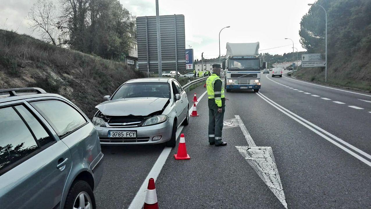 El calvario de las rutas alternativas a la N-120.Carratera hundida en Riós, en la provincia de Ourense