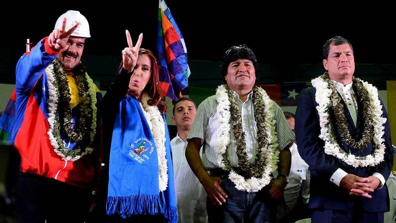 Guaidó, golpeado por la muchedumbre chavista al aterrizar en Caracas.Maduro, Fernández, Morales y Correa