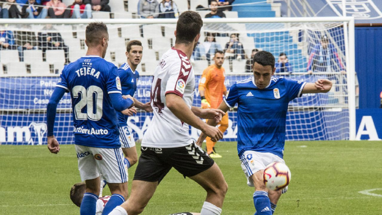 Gol Luis Suarez Ramon Folch Nastic Real Oviedo Nou Estadi.Folch golpea el esferico durante el partido frente al Albacete