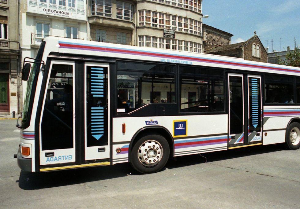 Distintos colores de buses (el rojo, de Monforte también lo hubo en Lugo)