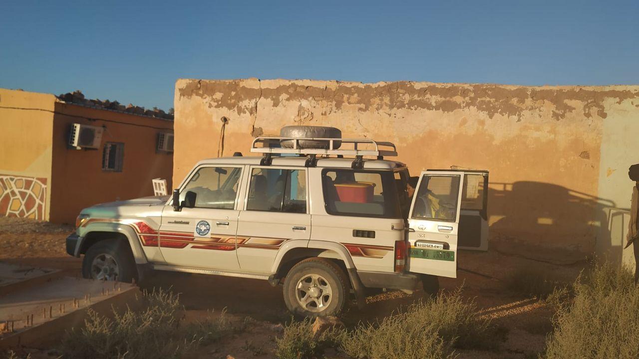Imagen de uno de los vehículos con los que los cooperantes se desplazan en los campamentos de refugiados saharahuis en Tindouf