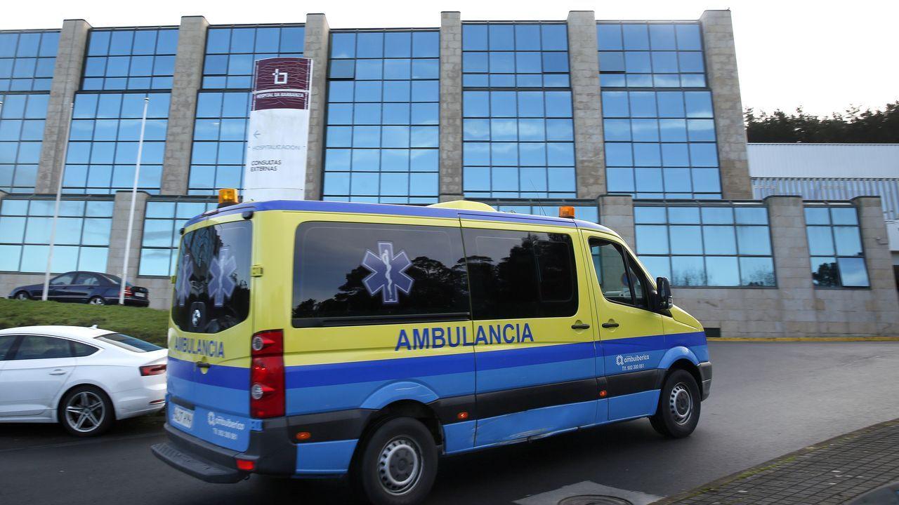 Fotografía de archivo de una ambulancia llegando al hospital de Barbanza