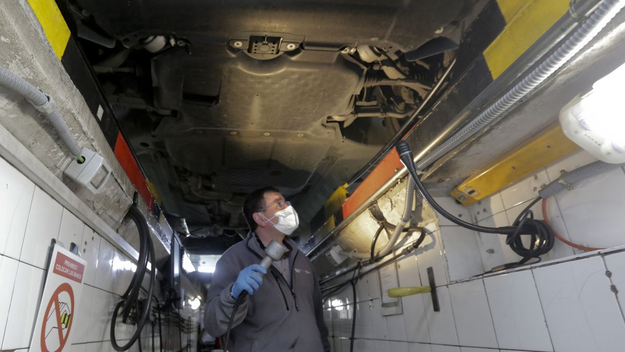 Asturias.Un inspector examinando este martes los bajos de un coche en la ITV