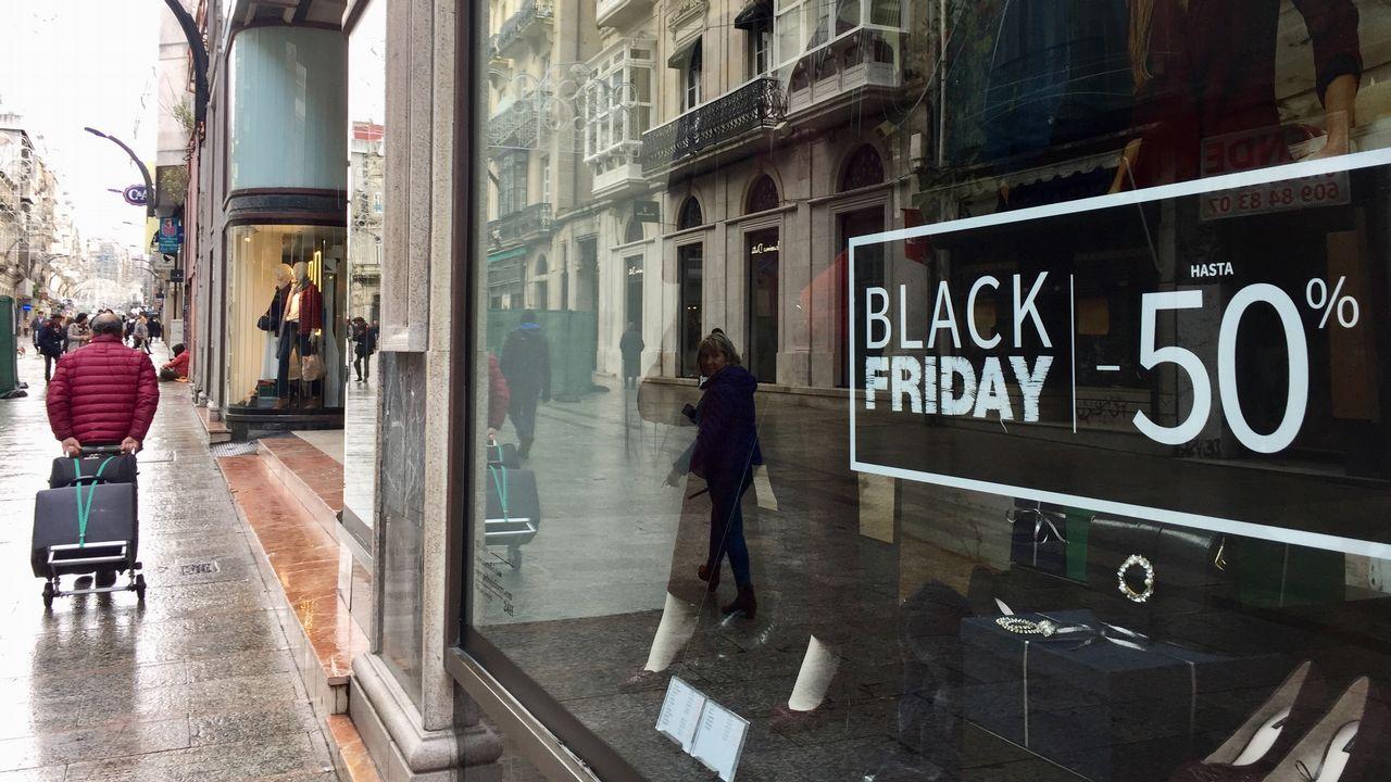 Los anuncios de descuentos llevan días en los escaparates de muchos comercios gallegos