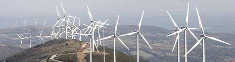 Molinos en la sierra de Faro, en Chantada. El parón que exigió Red Eléctrica causó pérdidas de 70 millones en la producción eólica.