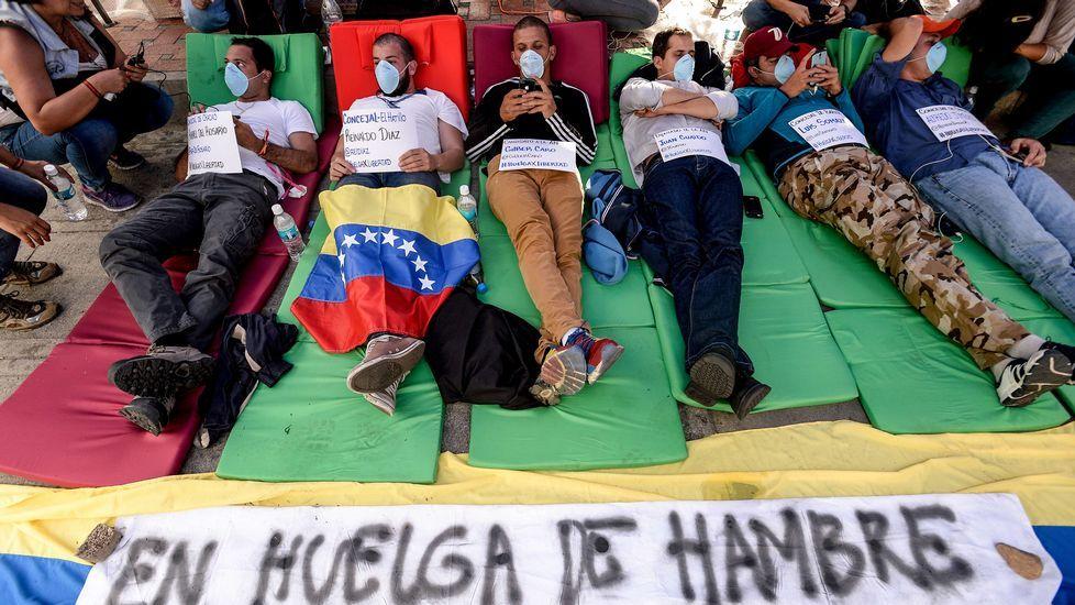 Venezuela ya vota.El diputado de la alianza opositora Mesa de la Unidad Democrática, Guillermo Palacios, y su coordinador, Macario González, posan con una denuncia contra las altas esferas.
