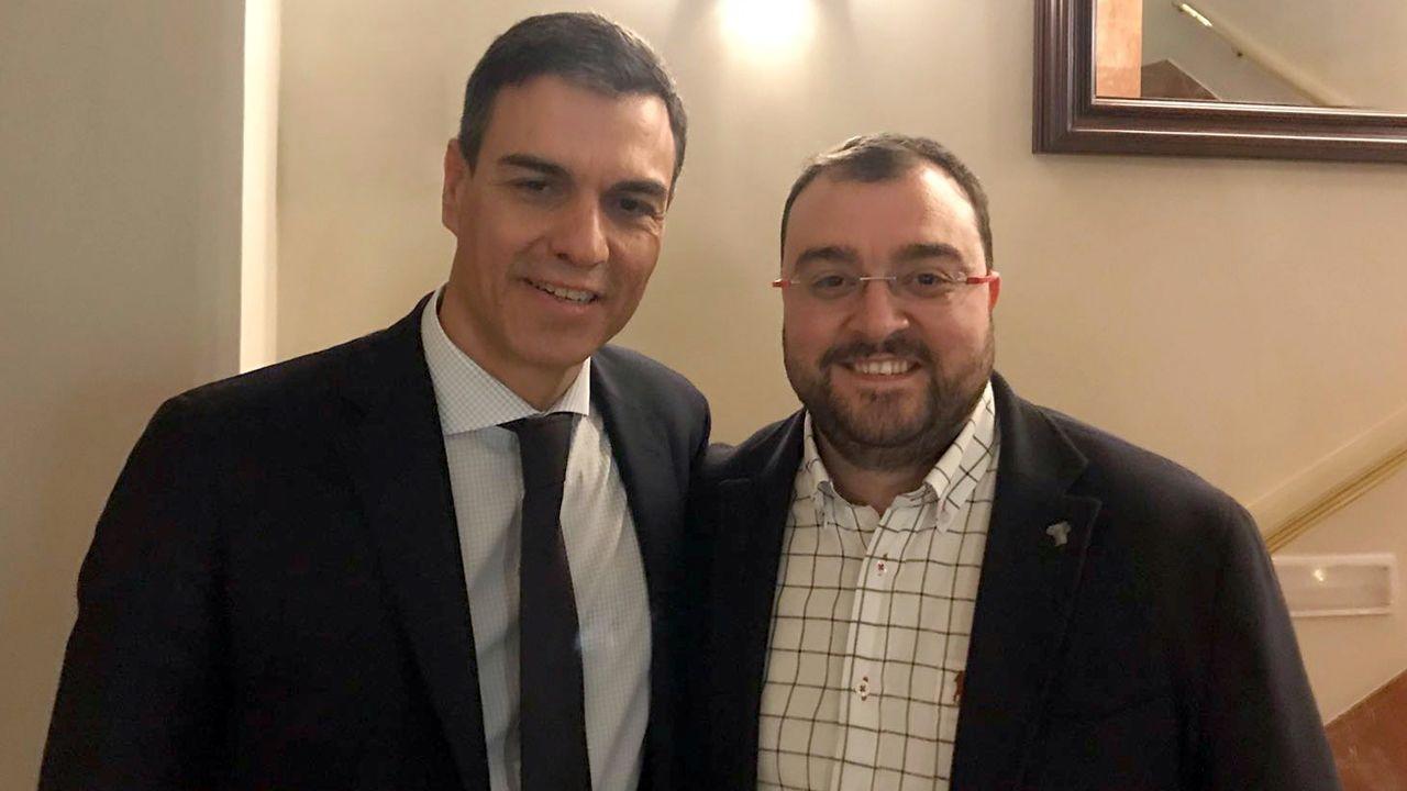 Pedro Sánchez y Adrián Barbón, tras el triunfo de la moción de censura