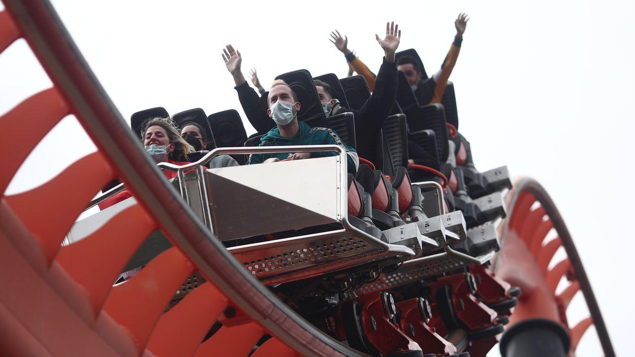 Varias personas en la atracción El abismo del Parque de Atracciones de Madrid