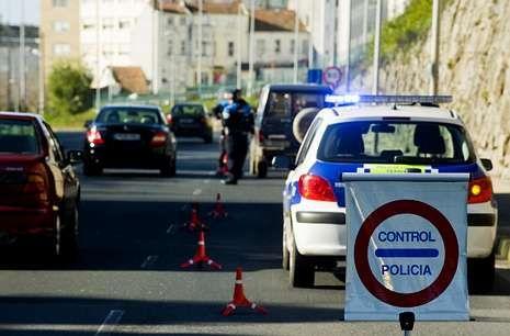 <span lang= es-es >ATESTADO</span>. La Policía Local de Ferrol (en la foto en un control de alcohol) estableció que el accidente se produjo por conducción temeraria, circunstancia agravada por las bebidas alcohólicas.