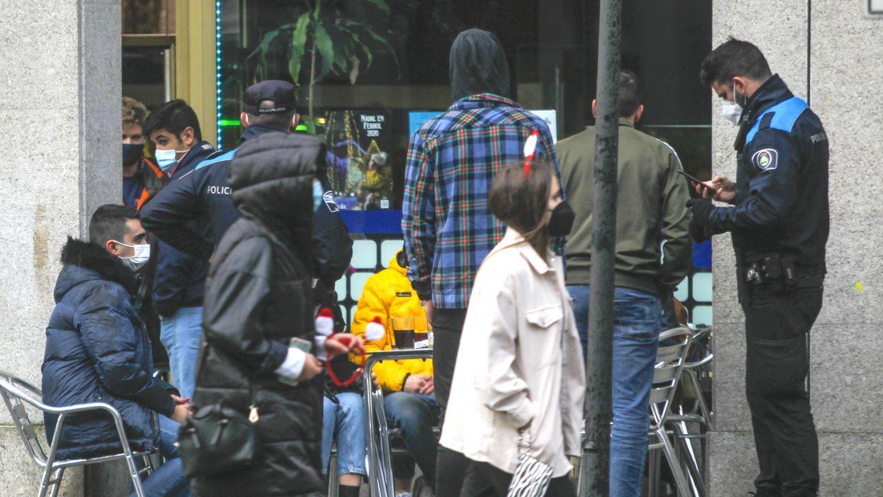 La Policía Local se vio superada para disuadir a centenares de personas bebiendo en la calle.Policía Local de Ferrol controlando locales de la avenida de Esteiro