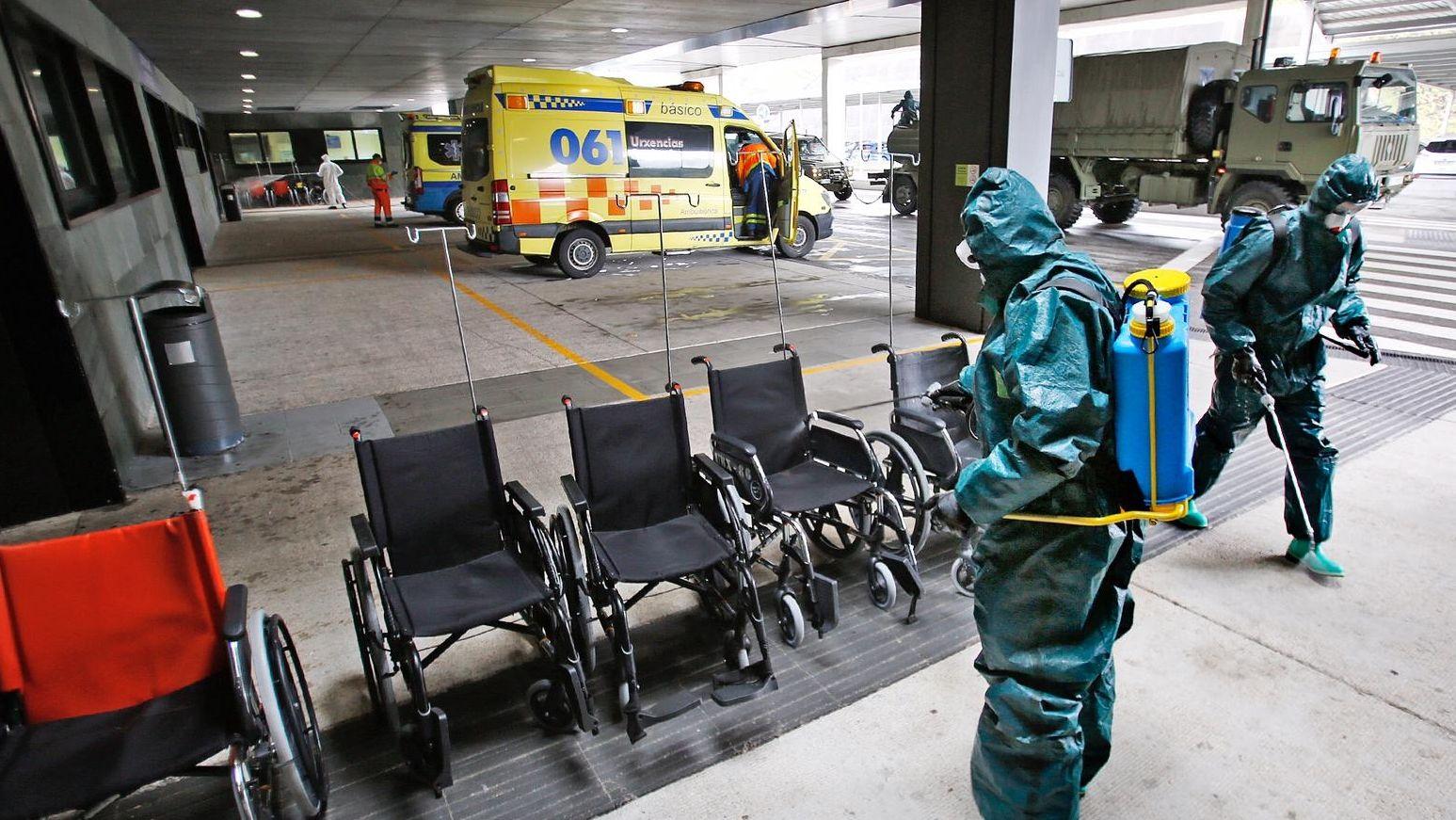 El Ejército desinfecta el Álvaro Cunqueiro.Terraza abierto en la plaza de la Constitución en Vigo
