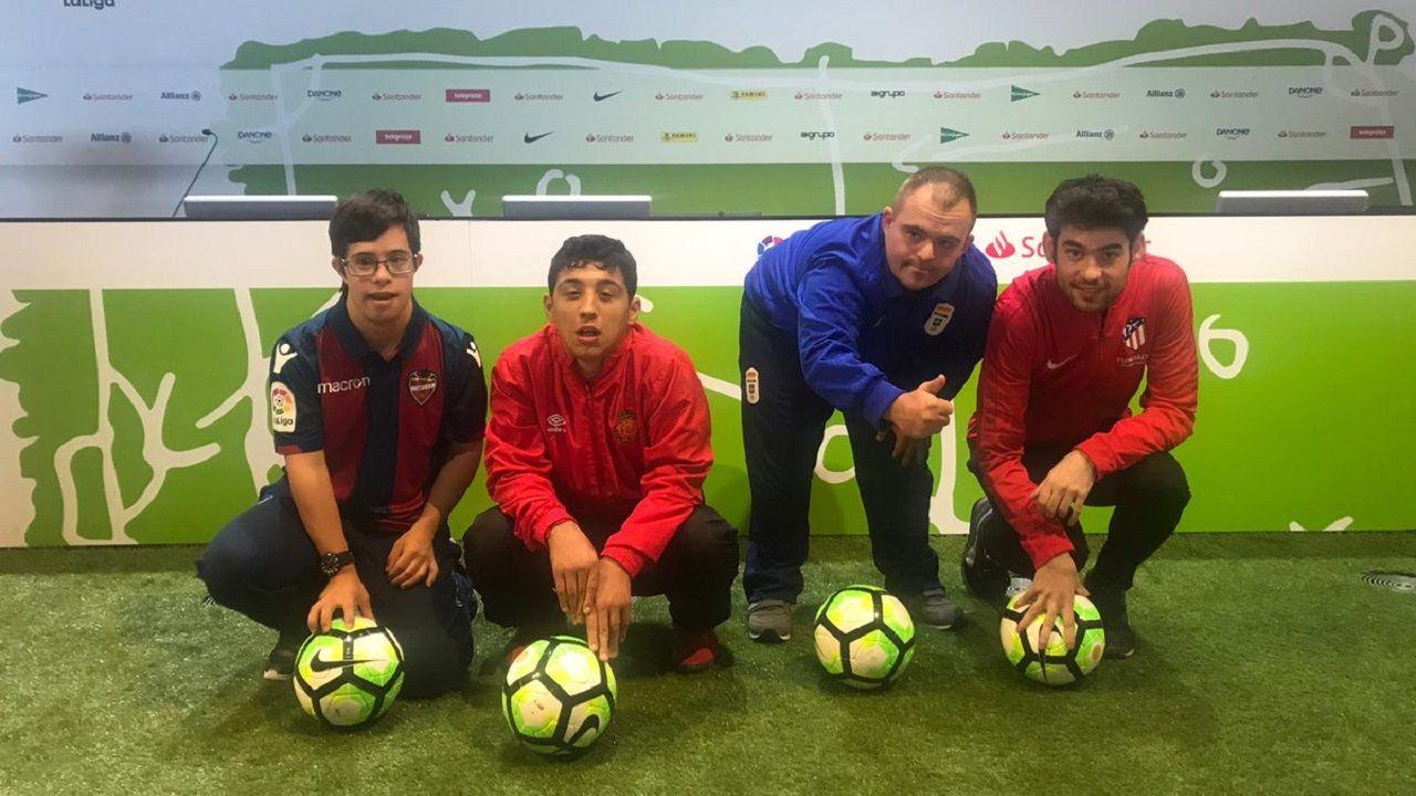 El jugador azul Fer, segundo por la derecha, junto a otros tres futbolistas