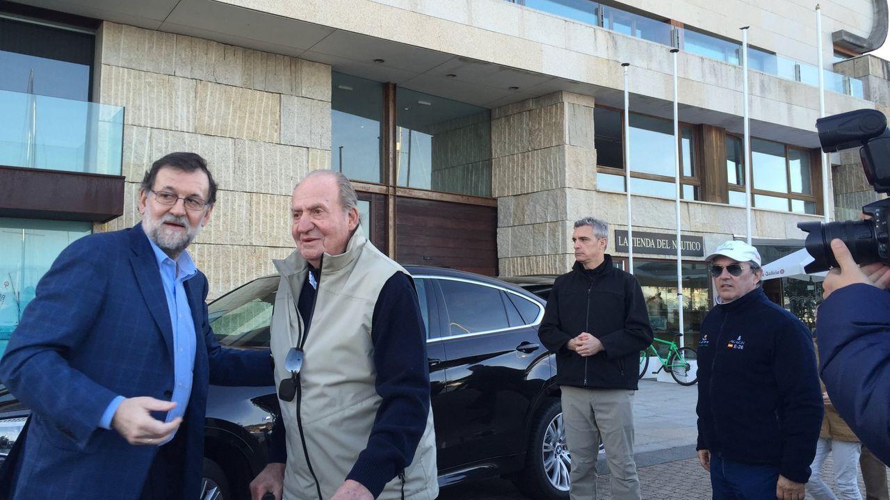 Mariano Rajoy con el rey emérito en la puerta del Náutico de Sanxenxo en marzo de 2016