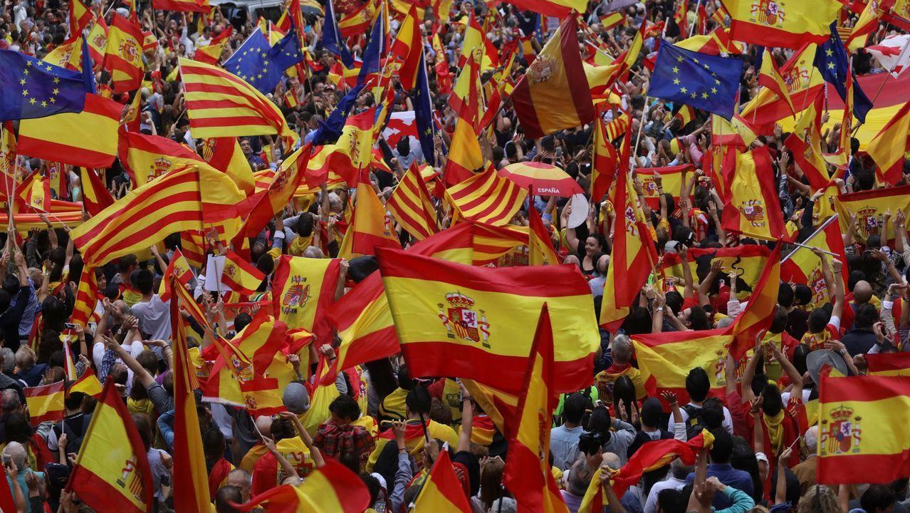 Momentos en la vida del candidato de José Carlos Fernández Sarasola.Miles de catalanes, con la Constitución. El 30 de septiembre, el día antes del referendo ilegal. los manifestantes contra el secesionismo desbordaron la plaza de Sant Jaume. Llevaban banderas españolas, catalanas y europeas.