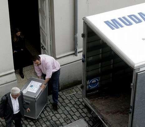 Traslado de documentos tras el registro del 11 de octubre del 2012 en el Ayuntamiento de A Coruña.
