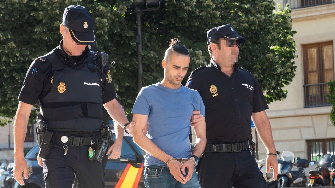 Teléfono móvil.El acusado de intentar asesinar a su expareja, de 14 años, antes de entrar en el juicio celebrado en Granada