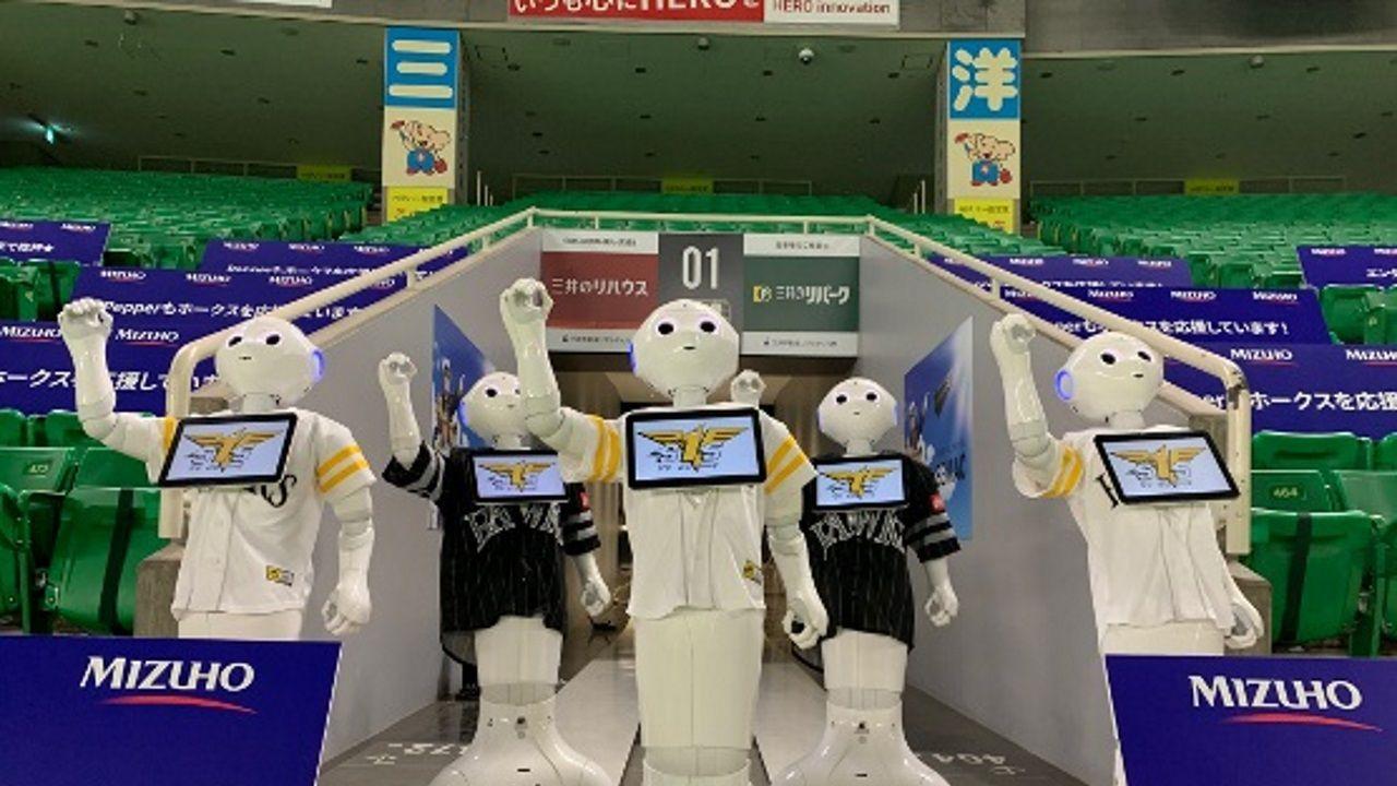 Robots Pepper en el estadio del equipo japonés de béisbol Fukuoka SoftBank Hawks