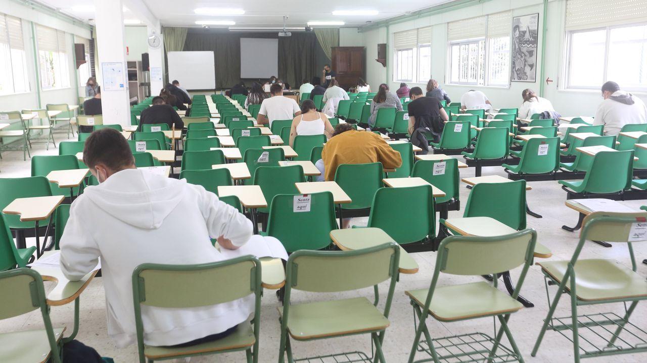 Selectividad extraordinaria en el instituto Agra de Raíces, en Cee, uno de los tres centros de secundaria -junto con los de Viveiro y A Rúa- donde se celebra la prueba cada año