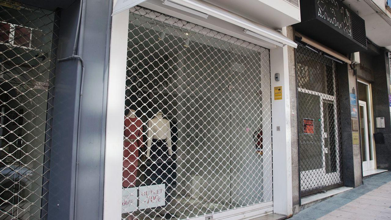 Dos sanitarias descansa en los alrededores del Hospital La Fe de Valencia