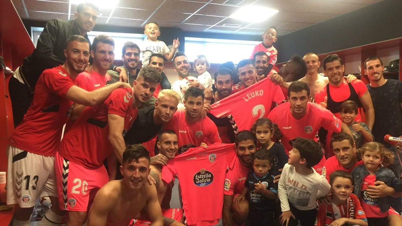 Los jugadores del Oviedo celebran el 1-1