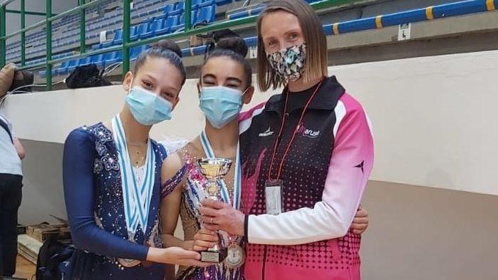 Uxía y Martina, con su entrenadora Neli Pischelina, después de conseguir podio júnior para el club Marusia en el gallego de clubes de gimnasia rítmica
