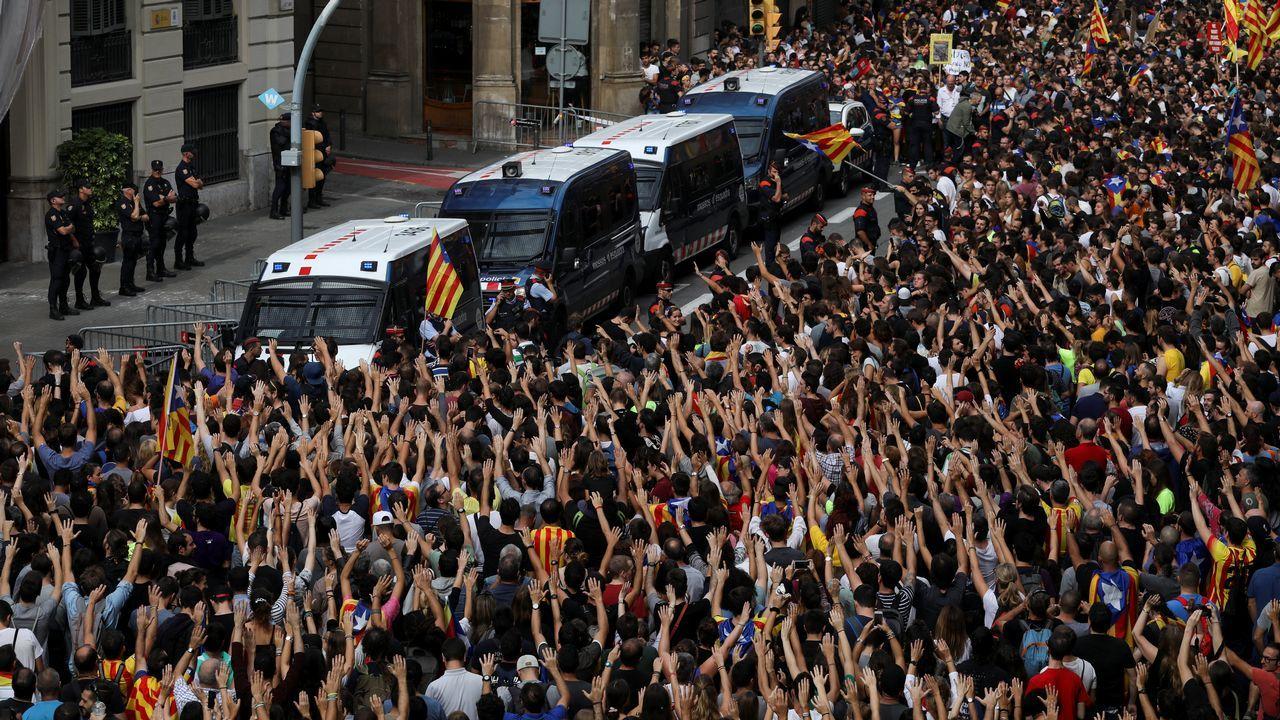 Protesta en el exterior de la principal comisaría de la Policía Nacional en Barcelona.