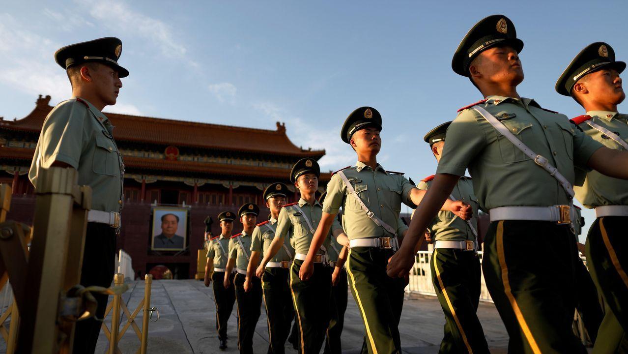 Soldados, durante la bajada de bandera en Tiananmen