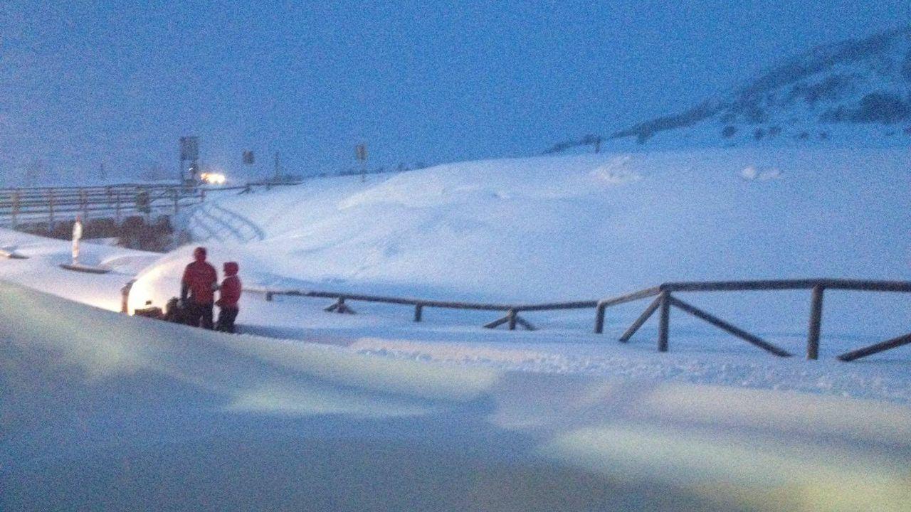La nieve dificulta el tráfico en la autopista del Huerna.Amanece en Fuentes de Invierno