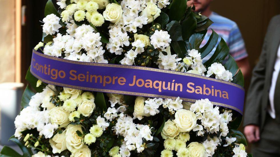 El artista Joaquín Sabina envió una corona de flores que llegó con una pequeña errata.