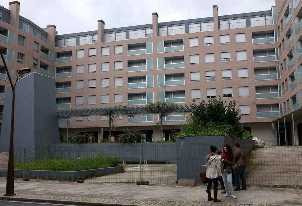 El complejo residencial ubicado en el centro de la villa se encuentra vallado .
