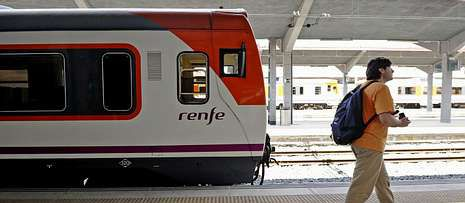 «Así me han dejado... ¡desnudo!» grita un afectado de las preferentes de Bankia.El tren de la línea Ourense-Puebla de Sanabria, ayer en la estación.