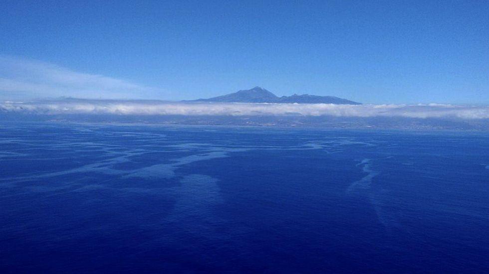 Fotografía facilitada por WWF del vertido de fuel del arrastrero ruso Oleg Naydenov que se encuentra muy cerca de Tenerife y La Gomera.