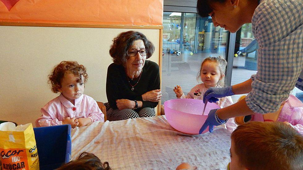 La concejala de Educación de Oviedo, Mercedes González, con alumnos de Infantil de la escuela Dolores Medio.La concejala de Educación de Oviedo, Mercedes González, con alumnos de Infantil de la escuela Dolores Medio