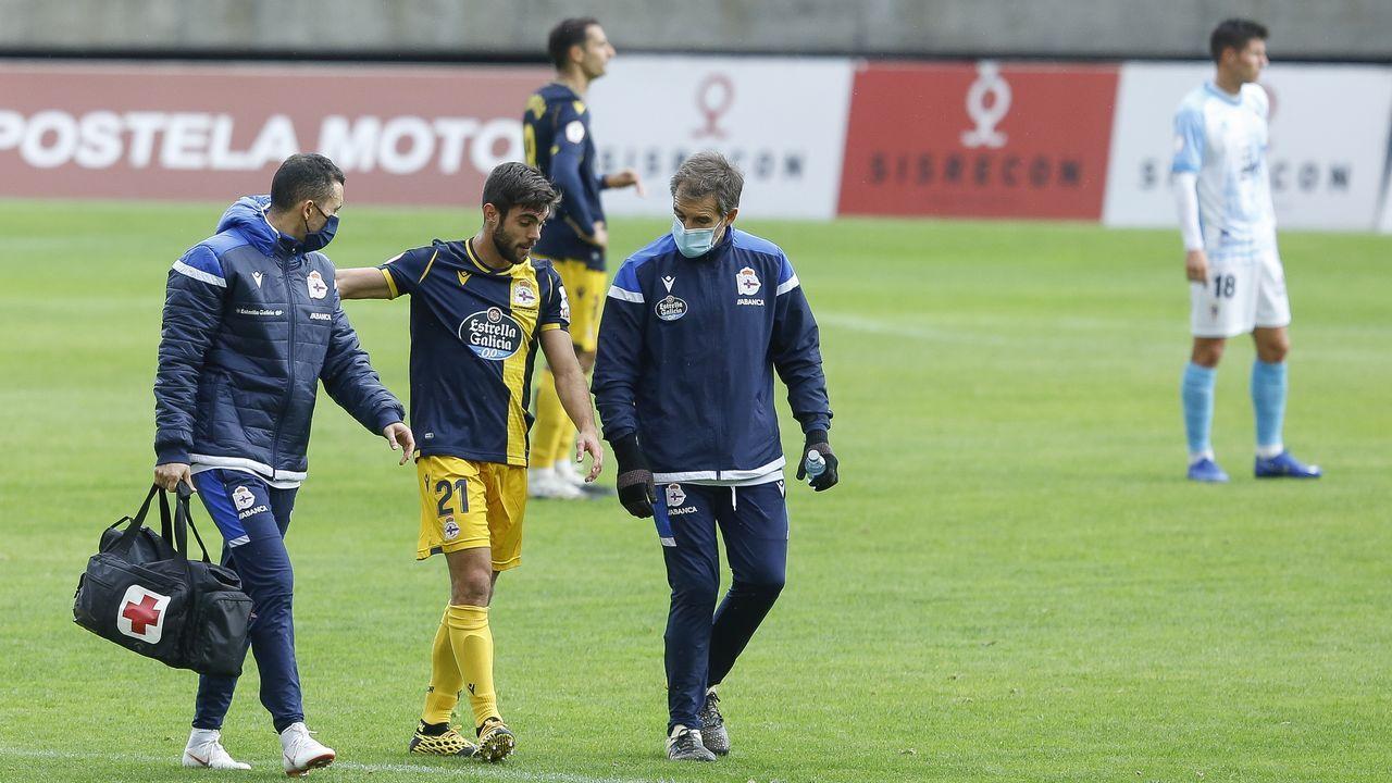 Momento en que Salva Ruiz se retira del terreno de juego en el partido contra el Compostela