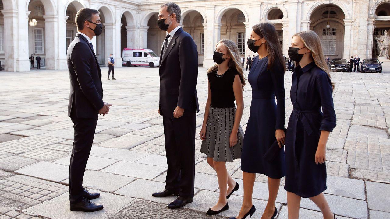 Sánchez recibe a la familia real
