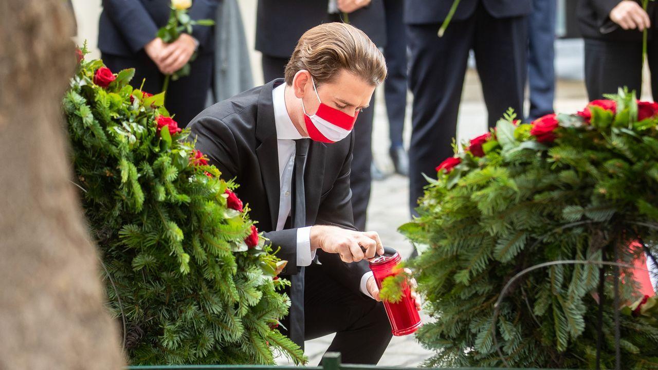 El canciller federal de Austria, Sebastian Kurz, enciende una vela en homenaje a las victimas del atentado